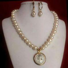 Juego de Collar y aretes de perlas cultivadas. medalla san benito