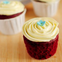 Delicious, moist and super red - these red velvet cupcakes with the sinfully good cream cheese frosting are irresistible!