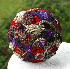 He encontrado este interesante anuncio de Etsy en https://www.etsy.com/es/listing/124851476/purple-red-wedding-brooch-bouquet