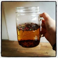 Mason jars are the best for large to-go teas! Loose leaf tea in bulk makes it a totally plastic-free affair! #plasticfreetuesday.com