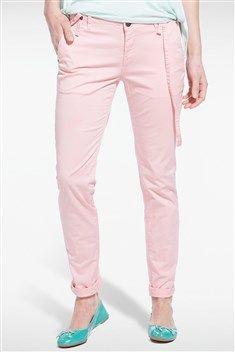 Révélez votre style tendance en portant ce pantalon coupe chino élégant ! On aime les bretelles qui lui sont associées et qui sont rivetées sur la ceinture. Le bas des jambes présente un revers. Le coloris du pantalon est uni. Son tissu est en coton et matière stretch. Pantalon, coupe chino, coloris uni, poches, bretelles, revers bas de jambe, coton et stretch.<br/>