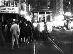 Acervo/Estadão - Bondes transportandopessoaspelas ruas da cidade