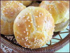 Do mísy nasypeme mouku (lepší je prosátá) a uděláme důlek, do nějž rozdrobíme kvasnice. Ty posypeme cukrem a přlijeme 5 lžícemi vlažného mléka.… Food Art, Hamburger, Bread, Recipes, Buffy, Hampers, Brot, Recipies, Baking