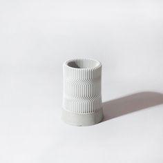 콘크리트와 기하학적인 패턴이 결합된 유니크한 디자인의 C Pencil Vase.
