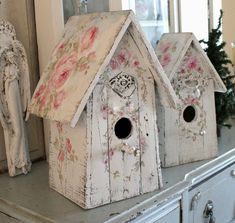 Shabby Chic Large Roses Birdhouse with Crystal Pearl Perch and Bucket - Debi Coules Art Shabby Chic Birdhouse, Shabby Chic Patio, Romantic Shabby Chic, Shabby Chic Crafts, Shabby Chic Decor, Bird Store, Bird Houses Painted, Dollar Tree Crafts, Vintage Furniture