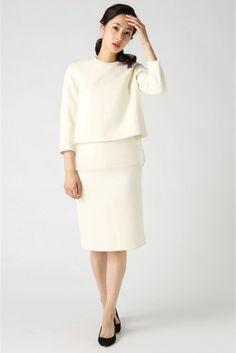 清楚で上品なホワイトのセットアップです。甘さは控えめに。少しタイトなスカートは、女性らしいフェミニンな印象を与えてくれます。