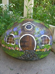 Hobbit House.Decorando el jardin