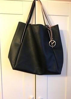 Kup mój przedmiot na #vintedpl http://www.vinted.pl/damskie-torby/torby-na-ramie/16538628-czarna-torba-shopper-bag-gosia-baczynska-czarno-rozowa