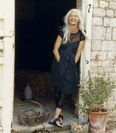 Super hair grey older women aging gracefully 49 ideas Long Gray Hair, Grey Hair, Fashion Over 50, Look Fashion, Hippy Chic, Beautiful Old Woman, Beautiful Smile, Mode Plus, Advanced Style