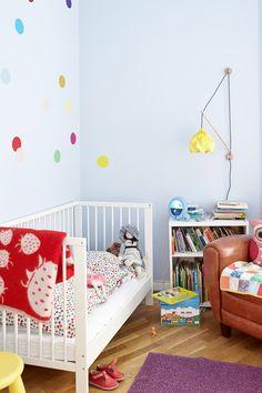 Finn et morsomt mønster som du enkelt kan male på veggen. Vi har tegnet noen fargerike prikker i et hjørne for å gjøre rommet litt mer lekent. #mønster#barnerom#farger#prikker#inspirasjon#maling#interiør#innredning#lys#inspiration#Fargerike Toddler Bed, Ikea, Kids Rugs, Bedroom, Instagram Posts, Barn, Furniture, Home Decor, Rome