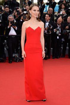 """Natalie Portman è soave, elegante, chic. Alta """"solo"""" 160cm, è la dimostrazione vivente che un abito lungo e dritto sta bene anche alle più piccole. Specialmente se monocolore e con le spalle nude. Bellissima, come sempre!   #natalieportman #cannes #cannes2015 #film #filmfestival #redcarpet"""