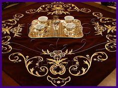 modeller: Maraş işi sırma masa örtüsü,altın sırma masa örtüsü modeli,kadife kumaş üzerine altın iple işlenen örtü. ( Maras je obchodné tajomstvo na obrusy, obrusy modelu orris - zamat a zlaté lano spracované na obrázku)
