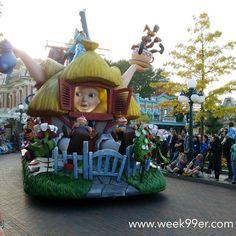We made it in time for parade! Love Alice! #travelblogger #wanderreal #disneylandparis #disney