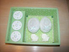 Detalhe da parte interna da caixa lembranças da primeira infância do bebê. Sob as tampinhas compartimento para guardar a primeira mecha de cabelo do bebê ou o primeiro dentinho.