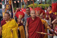 Lama tibétain avec Sa Sainteté Karmapa le représentant de l'école bouddhiste tibétaine Kagyu. Ces maîtres d'origine tibétaine vivent en exil. Ils ont fuis la dictature de l'invasion chinoise au Tibet.