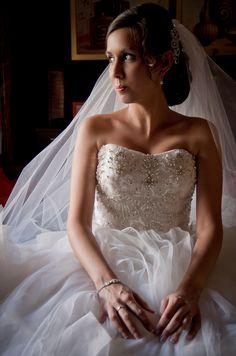 La novia, recién vestida, espera mientras recibe los últimos retoques.  The Bride, just got dressed, and is waiting for the last touch.