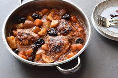 סיר אחד שיש בו הכל - תבשיל עוף בשזיפים עם תפוחי אדמה וגזר ומלא רוטב טעים טעים שאפשר לטבול בו חלה או לחם טרי ולהתענג. והכי כיף? זה לא פחות טעים גם ביום שאחרי Baking Recipes, Healthy Recipes, Healthy Food, Friday Night Dinners, Easy Entertaining, Teriyaki Chicken, Pot Roast, Chicken Recipes, Pork