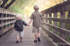10 easy tips for sibling photos by Kristin Ingalls -Clickin Moms