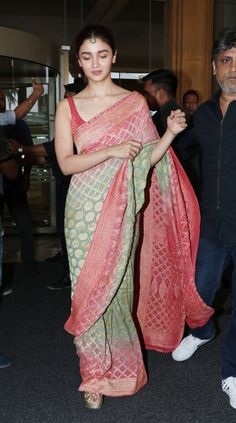 Alia Bhatt's Indian Looks From Kalank Promotions, April, 2019 Trendy Sarees, Stylish Sarees, Fancy Sarees, Indian Look, Dress Indian Style, Indian Designer Outfits, Indian Outfits, Indian Attire, Indian Wear