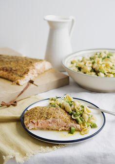 Une recette simple et raffinée pour recevoir en toute simplicité. La vinaigrette est crémeuse et citronnée. Ça fait changement de la salade de pâtes à la mayonnaise que je ne suis plus capable de manger.