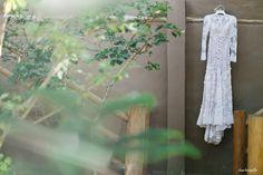 Vestido de noiva com forro cor de pele e todo em renda com manga longa e leve cauda. Foto: Duo Borgatto