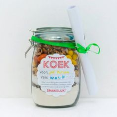 Leuk! Koop een glazen pot en stop daar alle droge ingrediënten in die nodig zijn om koekjes, taart, ... te kunnen maken. Het recept kun je aan het lintje hangen.