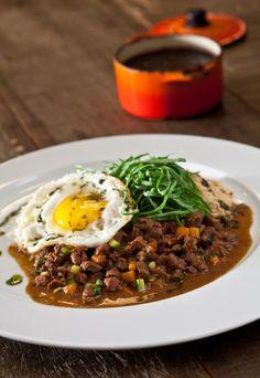 O picadinho com arroz, feijão preto, farofa, couve e ovo é servido às quintas-feiras no menu executivo do Picchi Ristorante (Foto: Luna Garcia / Divulgação)