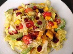 Ensalada. Lechuga romana, mango, fresa, aguacate, arándanos, semillas de ajonjolí. Aderezado con aceite de oliva, sal, pimienta y unas gotitas de limón..