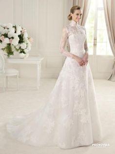 プロノビアス 青山 (PRONOVIAS AOYAMA)    クラシカルで気品に溢れた正統派ドレス。デコルテを包み込む繊細な