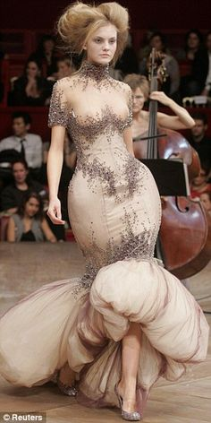 modern-women Romantic Period waistline closer to anatomical waist, skirt short enough to show ankle, padding at hips from Alexander McQueen 1998 collection. Couture Fashion, Fashion Art, Runway Fashion, High Fashion, Fashion Design, Fashion Story, Fashion Ideas, Alexander Mcqueen Couture, Mcqueen 3