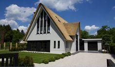 Moderne rietgedekte villa met schuin aangesneden kap aan de voorzijde, Ugchelen Apeldoorn - 01 Architecten - Begeleid door Cortus Bouwregisseurs, ontworpen door Dennis Kemper tijdens de periode dat hij bij EVE-architecten werkte.
