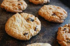 À vos fourneaux: Biscuit avoine, canneberge et chocolat C'est Bon, Biscuits, Dessert, Chocolates, Outer Space, Food, Recipes, Dessert Food, Cookies