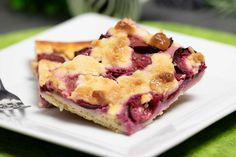 Low Carb plum crumble with yeast dough - schwarzgrueneszebra Vegaterian Recipes, Plum Recipes, Tasty Vegetarian Recipes, Vegetarian Dinners, Plum Crumble, Veg Dishes, Cupcakes, Healthy Sweets, Healthy Eating