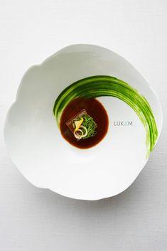 Epaule de chevreuil - La bonne cuisine est honnête, sincère et simple mon travail est de mettre en valeur ces principes. L'épaule de cheuvreil en 2ème service, dans l'esprit d'un civet. Photo : Lucas Muller