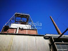 Tiefblauer Himmel über einer stillgelegten Fabrik mit altem Schornstein aus Backstein in Münster in Westfalen im Münsterland