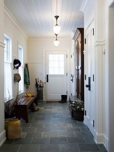 フラットな玄関にしたい。別なタイルをラインでいれて、玄関と内部をわける?雨の日汚れるかな?