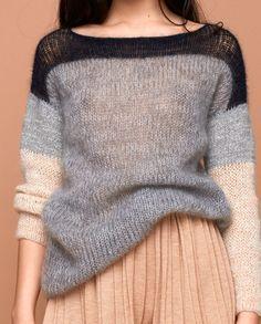 Gestrickter Pullover mit leicht transparenter nachtblauer Schulterpartie, grau meliertem Rumpfteil und Ärmeln aus grauer ökologischer Wolle und Alpaka und beigen Strukturgarn aus Mohair und Baumwolle. Dieser Pullover ist ein angenehmer Alltagsbegleiter mit dem jedes Outfit zu etwas Besonderem wird.