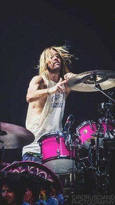 Taylor Hawkins Love the pink drums!