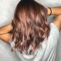This new hair color trend is, for once, for brunette .- Dieser neue Haarfarben-Trend ist ausnahmsweise mal für brünette Frauen Pastel tones on brown hair? This is possible with the new trend hair color rosé brown. New Hair Color Trends, New Hair Colors, Brown Hair Colors, Hair Trends, Colour Trends, New Trends, Latest Trends, Cabelo Rose Gold, Brown Hair Shades