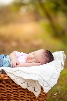 outdoor newborn photography_Olga Vuscan