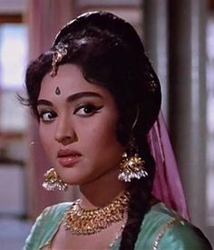 One of the great actresses of bollywood! the lovely and talented Vyjayanthimala. The best classical dancer of old movies. Vintage Bollywood, Indian Bollywood, Bollywood Stars, Bollywood Makeup, Bollywood Actress, Most Beautiful Indian Actress, Beautiful Actresses, Beautiful Heroine, Indian Celebrities