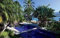 A piscina, que era pequena, foi ampliada com mais dois níveis no projeto do paisagista Alex Hanazaki. Abaixo, fica o espaço de almoço, com vista para o mar