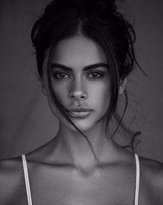 Photo Portrait, Portrait Photography Poses, Photography Poses Women, Beauty Photography, Fashion Photography, Feminine Photography, Black And White Portraits, Black And White Photography, Girl Face