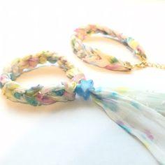ギルドバイピーオーディー ゆめかわいいシュシュとブレスレット作り方 Chevron Friendship Bracelets, Summer Girls, Jewelry Crafts, Beaded Jewelry, Diy And Crafts, Fashion Jewelry, Blue And White, Beads, Knitting