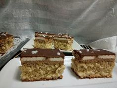 Hellena ...din bucataria mea...: Prajitura cu nuca si crema de ness Krispie Treats, Rice Krispies, Romanian Desserts, Tiramisu, Biscuit, Sweet Treats, Food And Drink, Sweets, Healthy