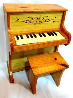 Piano infantil em madeira e banqueta em bom estado, 53cmX41cmX27cm