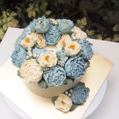 3D flower buttercream cake