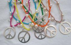 Colares PEACE and LOVE    Há em todas as cores     8€   http://www.facebook.com/pages/S%C3%A3o-P%C3%A9rolas/110271645754601
