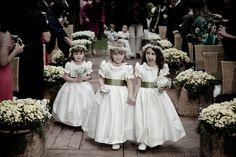 Daminha | Dama de honra | Vestido da daminha | Vestido da dama de honra | Daminha de branco | Daminha clássica | Inesquecível casamento | Daminhas fofa | Wedding | Inesquecível Casamento