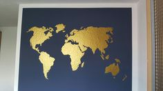 Mein wunderschönes goldenes Weltkarten Wandtattoo auf dunkelblauer Wand. Ich liebe es. Hat gut geklappt mit unserer Wandgestaltung um Büro